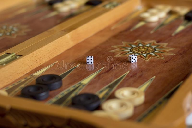 Embarquez pour jouer le backgammon avec des contrôleurs et découpez images stock