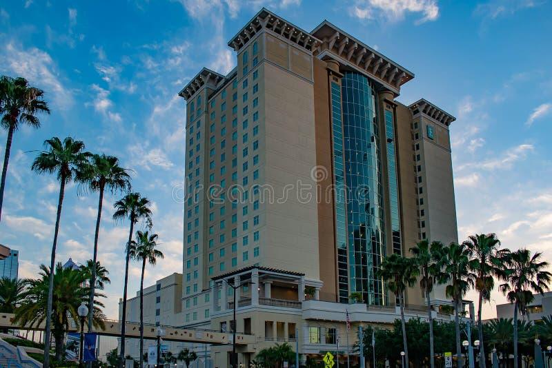 Embassy Suites Convention Center no fundo nebuloso do céu lightblue foto de stock royalty free