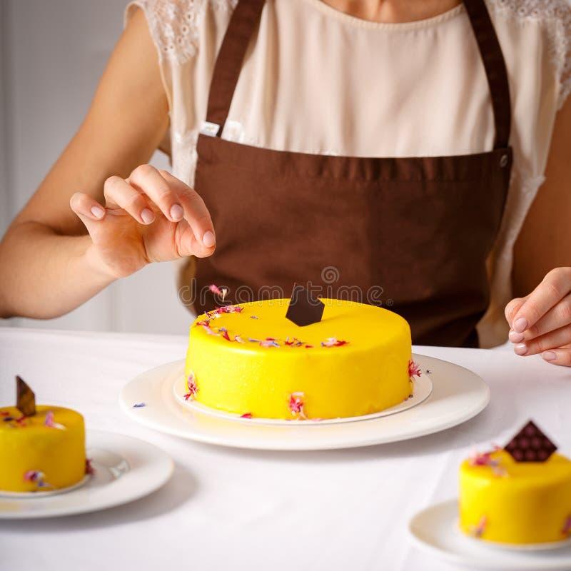 Embellissement final de grand gâteau jaune photo libre de droits