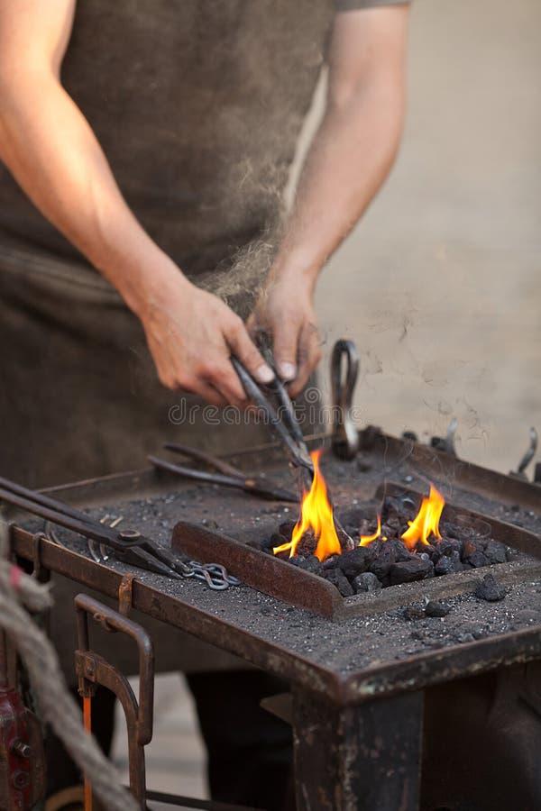embers blacksmith горят инструменты дыма рук стоковое фото