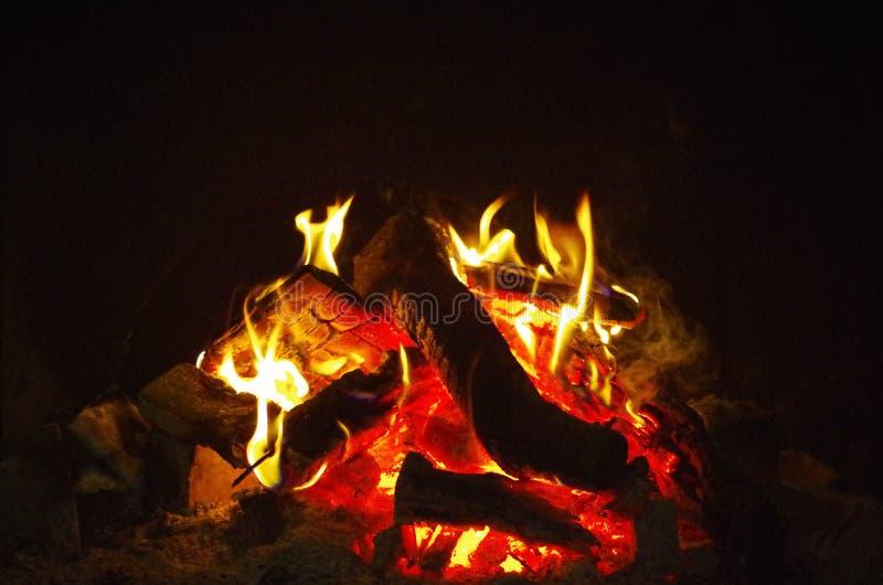 embers podpalają rozjarzoną noc zdjęcia stock