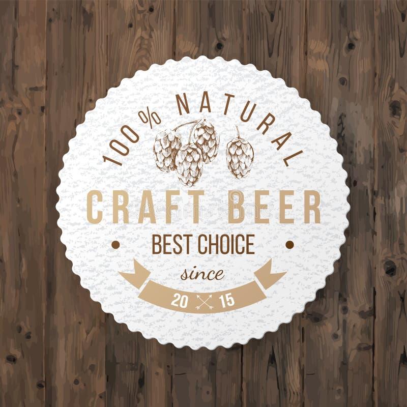 Emblème de bière avec le brunch tiré par la main d'houblon illustration stock
