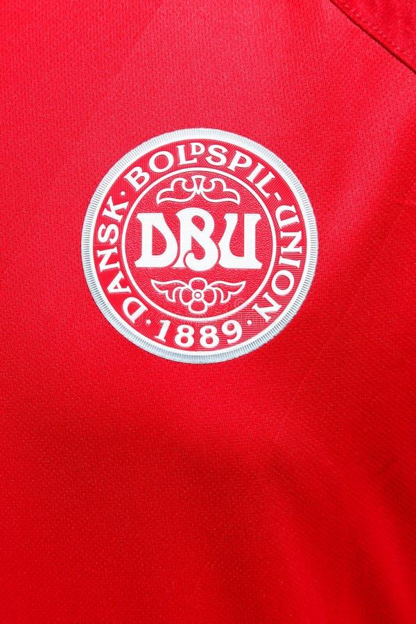Emblème de l'équipe de football nationale danoise sur une chemise images libres de droits