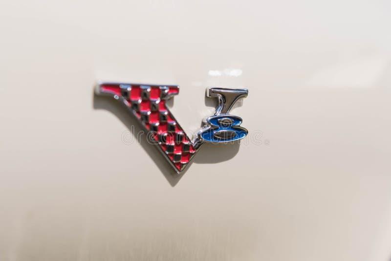 Emblème de V8 de barracuda de Plymouth sur l'affichage photographie stock libre de droits
