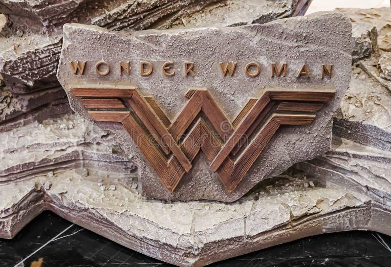 Embleem in modelfrom the movie-Wonder Vrouwenvertoningen bij het theater royalty-vrije stock afbeeldingen