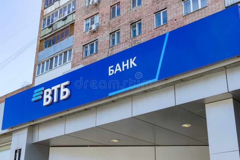 Embleem van de Russische VTB-bank tegen de blauwe hemel stock afbeelding
