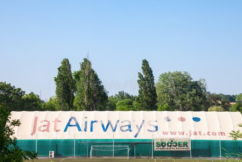 Embleem van JAT-Luchtroutes op één van hun hangaars JAT-de Luchtroutes is de vroegere Joegoslavische luchtvaartmaatschappij stock fotografie