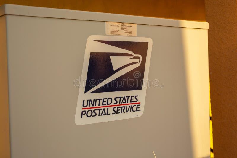 Embleem van USPS op een commerciële complexe brievenbus stock afbeelding