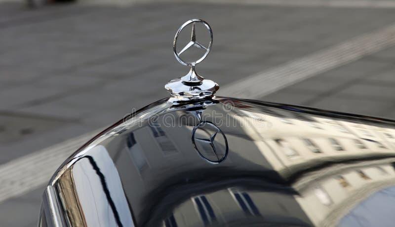 Emblem av den Mercedes-Benz bilen royaltyfria foton