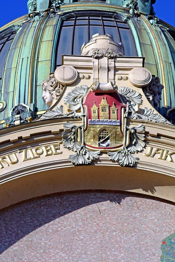 Emblem av staden av Prague på det kommunala huset i mitten arkivbild