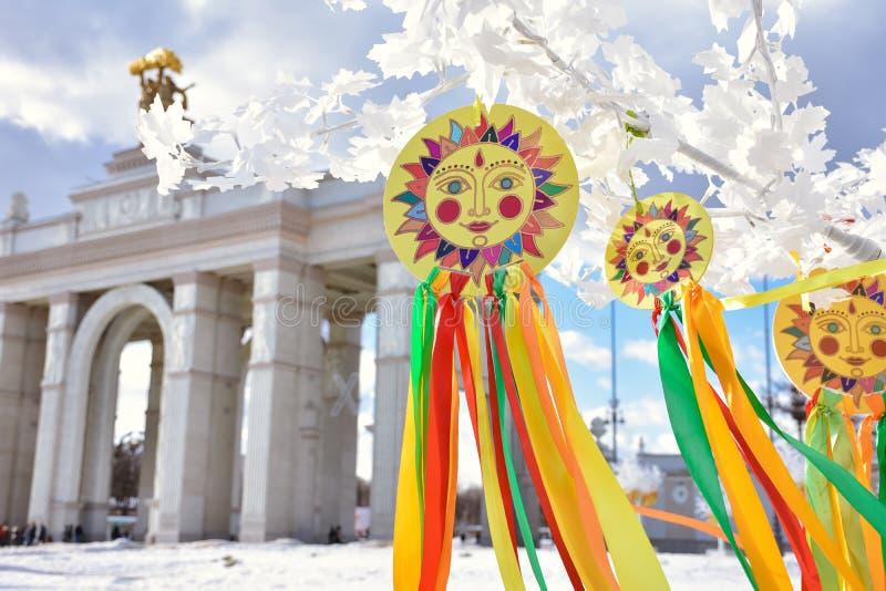 Emblem der Sonne mit bunten B?ndern auf den Niederlassungen, Sonnenbild lizenzfreie stockfotos