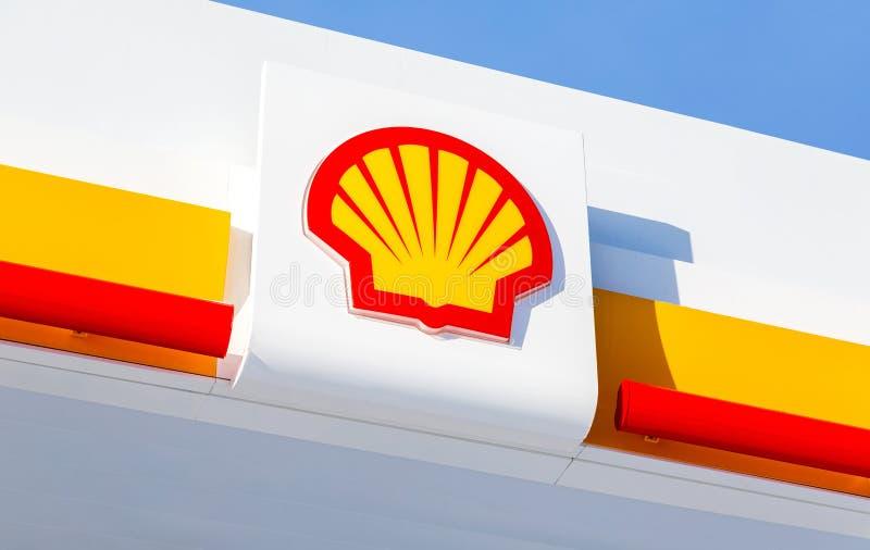 Emblem des Royal Dutch Shell Ölkonzerns gegen den blauen Himmel stockfotos