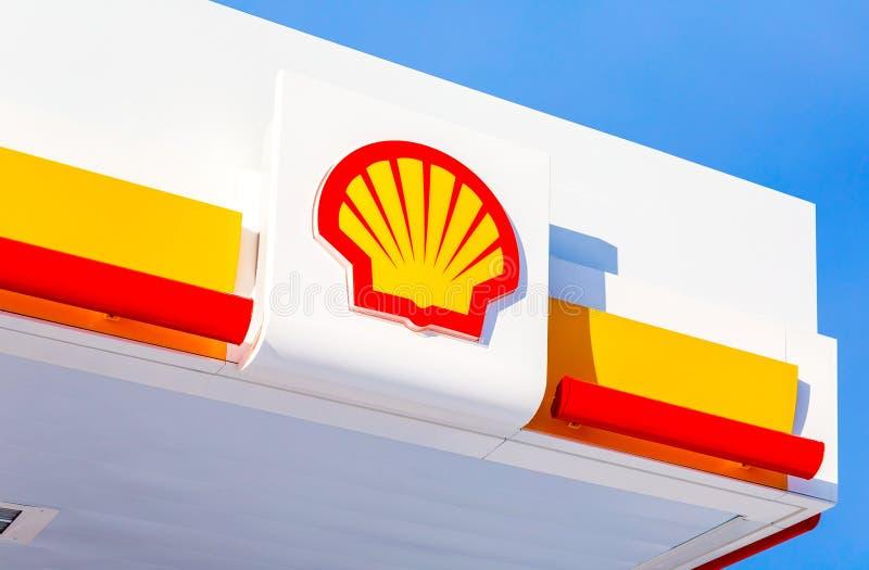 Emblem des Royal Dutch Shell Ölkonzerns gegen den blauen Himmel lizenzfreie stockfotos