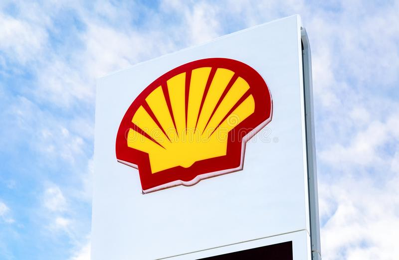 Emblem des Royal Dutch Shell Ölkonzerns gegen den Himmel stockfotos