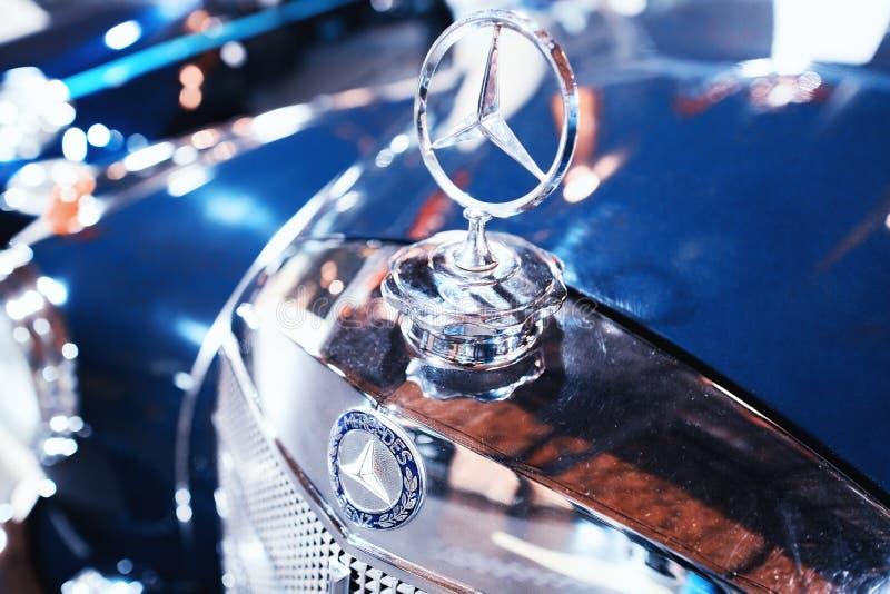 Emblem- och elementgaller av blåa Retro Mercedes Benz Ponton arkivbild