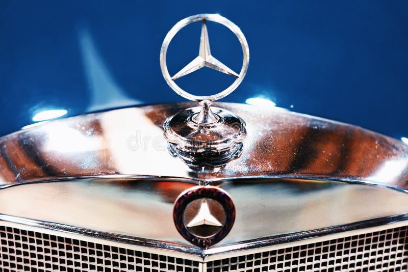 Emblem- och elementgaller i blåa Retro Mercedes Benz Ponton royaltyfri bild