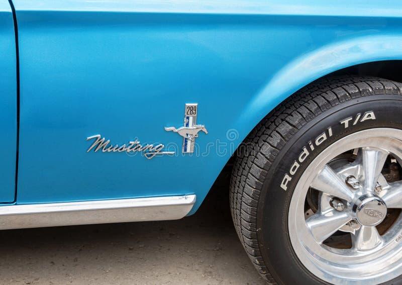 Emblem p? den retro bilen Ford Mustang royaltyfri foto