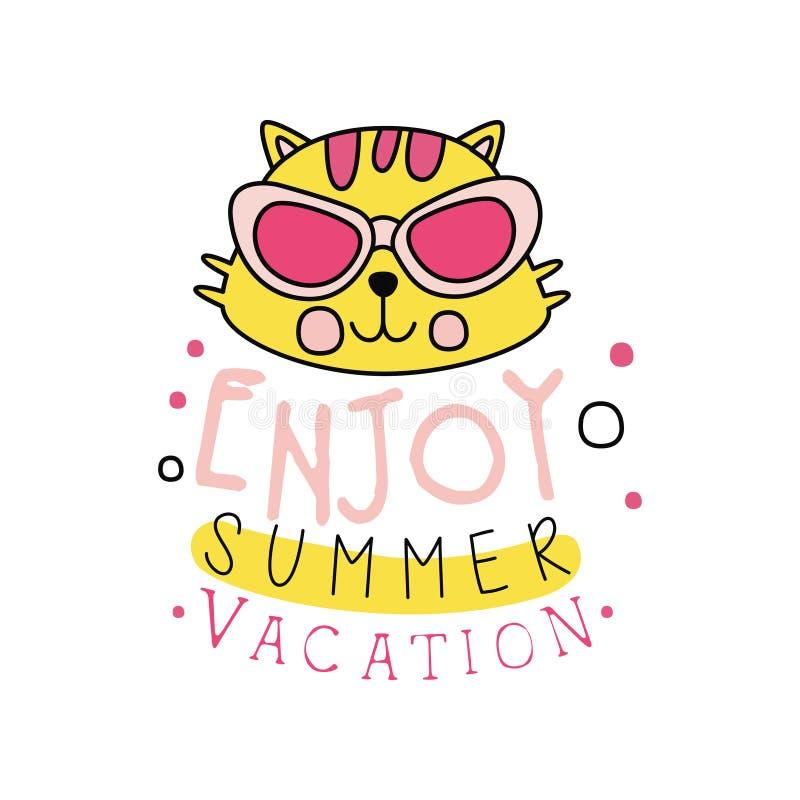 Emblema creativo con la testa gialla del gatto in occhiali da sole Logo con l'iscrizione: goda delle vacanze estive Icona disegna illustrazione vettoriale