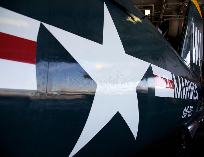 Emblema de la marina de los E.E.U.U. en el plano en el USS situado a mitad del camino imagen de archivo libre de regalías