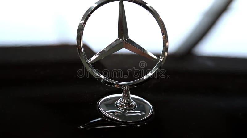 Emblema de Mercedes-Benz vídeos de arquivo