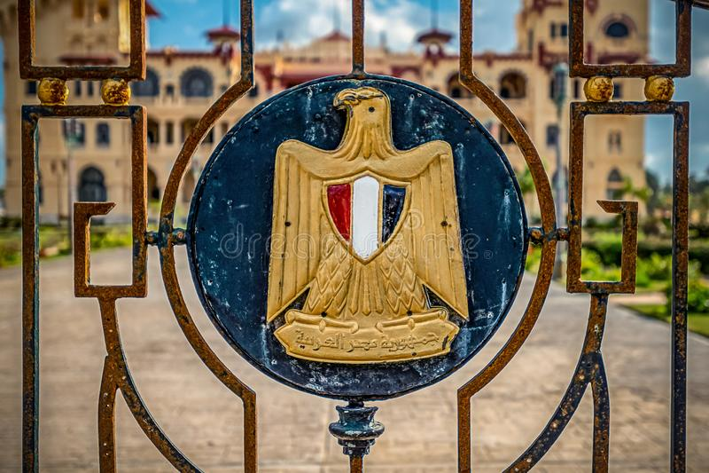 emblema del estado de Egipto con la inscripción en la lengua árabe 'república árabe de Egipto ' fotografía de archivo libre de regalías