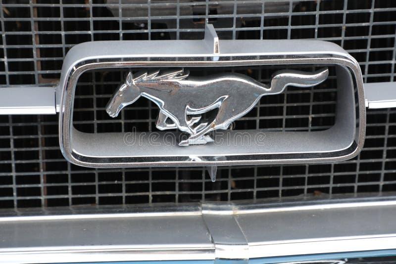 Emblema del mustango del coche viejo imagenes de archivo