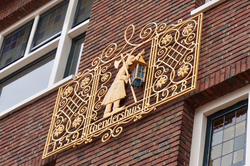 Emblema del oro en una pared de exterior del ladrillo, el Coendershuis foto de archivo