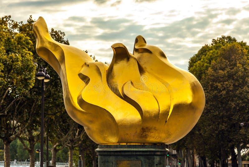 Emblema della fiamma del fuoco Un punto di riferimento centrale di Parigi immagini stock libere da diritti