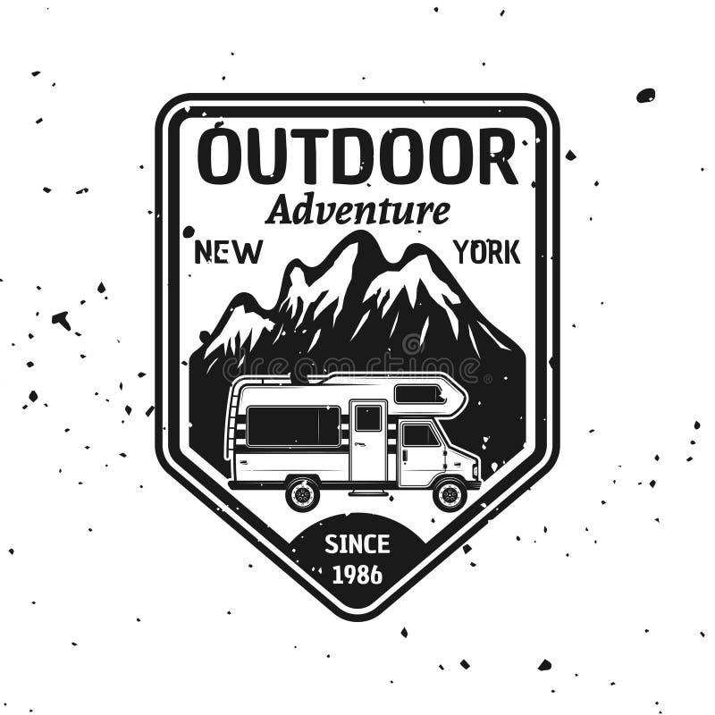 Emblema di campeggio all'aperto di vettore con il camper royalty illustrazione gratis