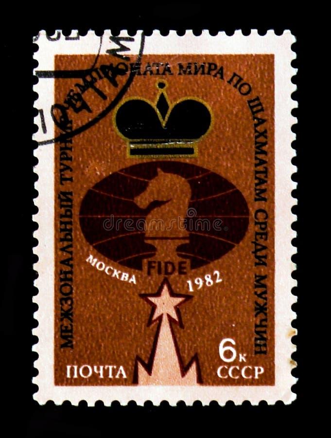 Emblema di FIDE, con gli uomini internazionali di campionato di scacchi del mondo del ` dell'iscrizione - ` di Mosca, circa 1982 immagine stock