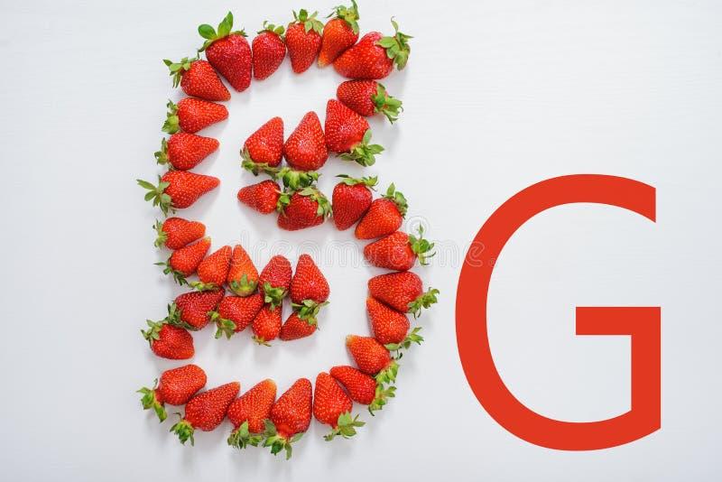 emblema 5g compuesto de fresas frescas foto de archivo
