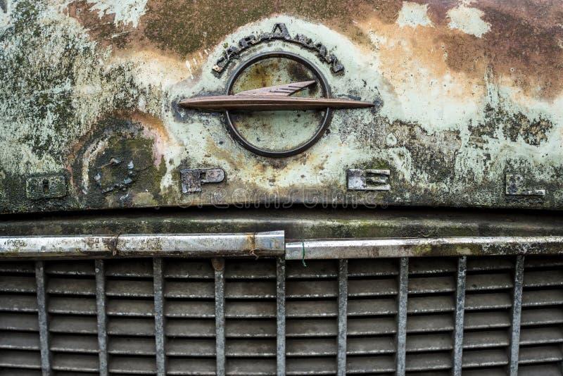 Emblema sujo e oxidado da capa de Opel Olympia Rekord Caravan fotografia de stock