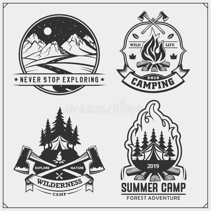 Emblemas del club, insignias y elementos del diseño que acampan Sistema retro de turismo de la montaña, bosque que acampa, aventu ilustración del vector