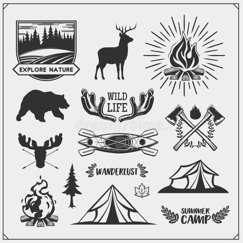 Emblemas del club y elementos del diseño que acampan con los animales y el equipo del bosque Bosque que acampa, aventura al aire  stock de ilustración