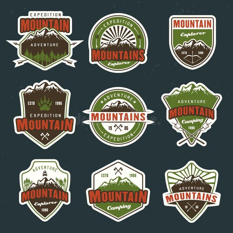 Emblemas o insignias coloreados vector del viaje de la montaña stock de ilustración