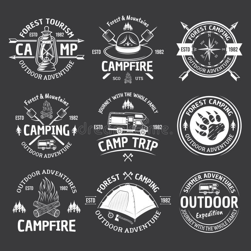 Emblemi bianchi d'annata di campeggio di vettore su buio illustrazione di stock