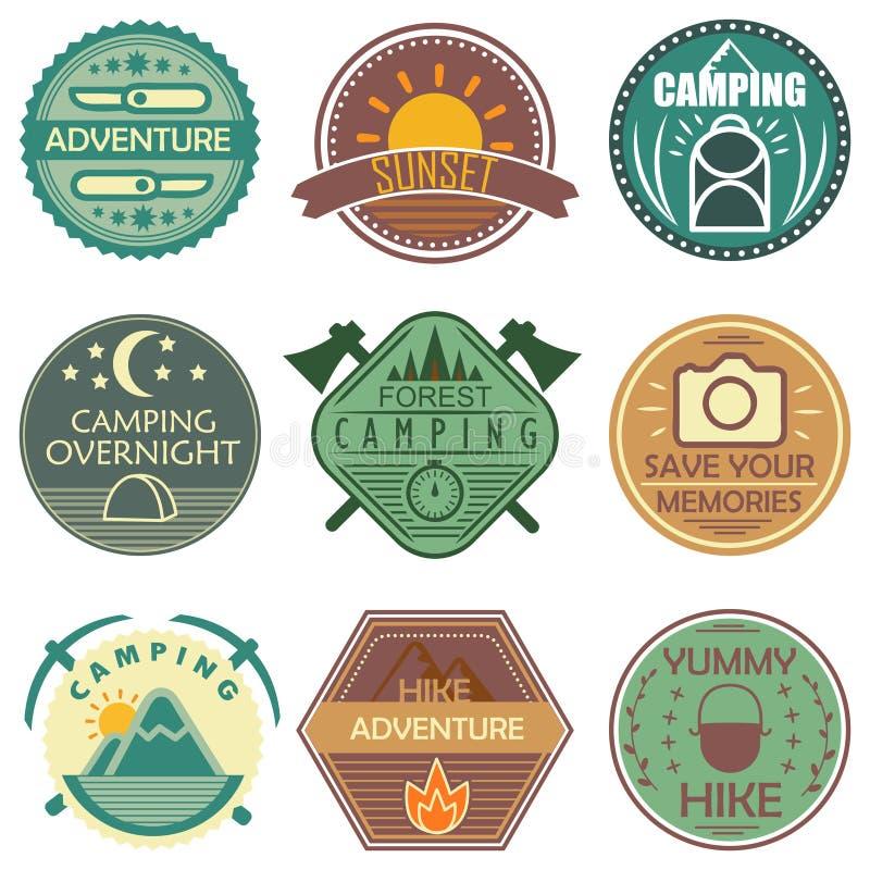 Emblemi colorati di campeggio illustrazione di stock