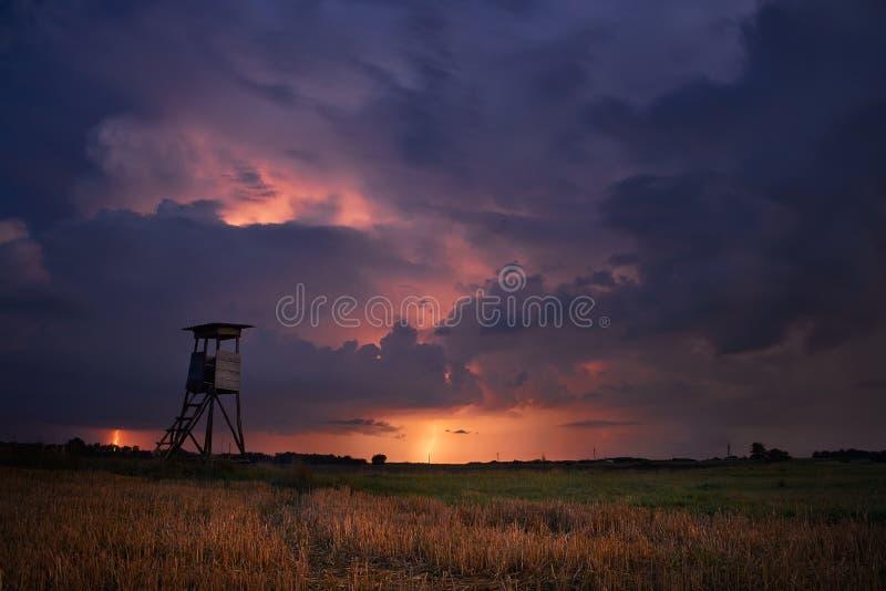 Emboscada do ` s do caçador no campo tormentoso imagens de stock