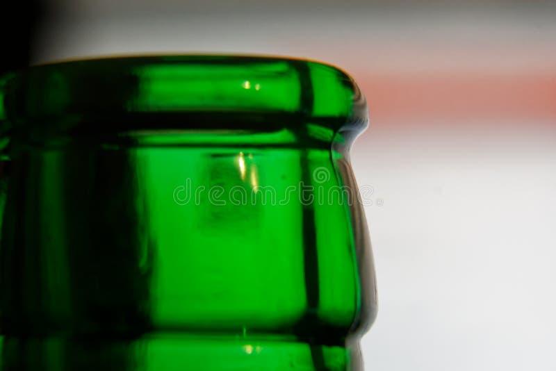 Embotellamiento en color verde, botella vac?a del primer, concepto del Detox Abstinencia, tratamiento del alcoholismo Resolucione imágenes de archivo libres de regalías