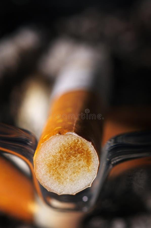 Embouchure utilisée de cigarette photographie stock