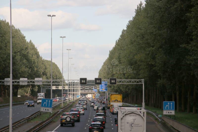 Embouteillage à l'heure de pointe sur l'autoroute A20 entre le Gouda et Rotterdam au repaire aan IJssel de Nieuwerkerk aux Pays-B photographie stock libre de droits