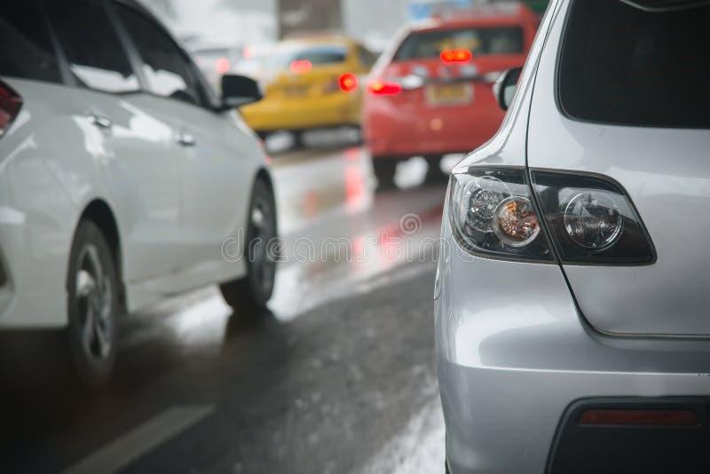 embouteillage avec des rangées des voitures pendant l'heure de pointe sur la route photographie stock libre de droits