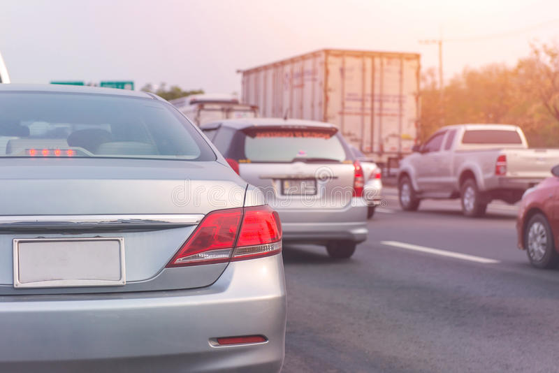 embouteillage avec des rangées des voitures pendant l'heure de pointe sur la route images stock
