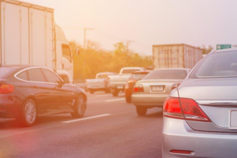 embouteillage avec des rangées des voitures pendant l'heure de pointe sur la route image libre de droits