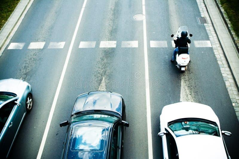 Embouteillage avec des véhicules sur la route photos stock