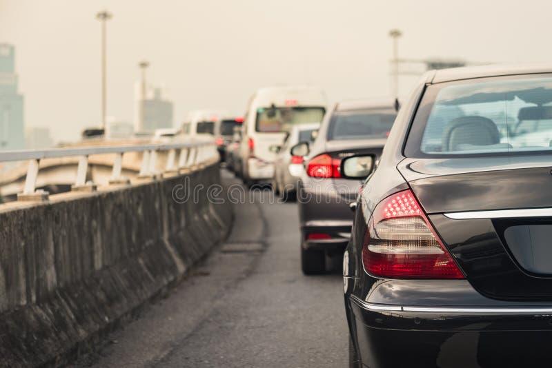 Embouteillage avec la rangée des voitures sur l'autoroute urbaine photographie stock
