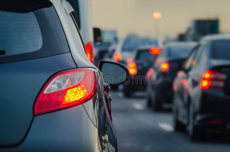 Embouteillage avec la rangée des voitures sur l'autoroute urbaine images libres de droits