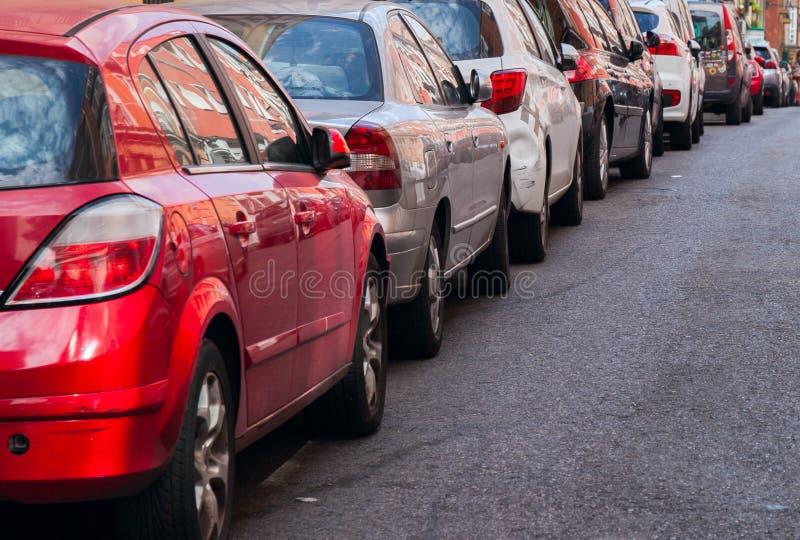 Embouteillage avec la rangée des voitures sur l'autoroute urbaine pendant l'heure de pointe photographie stock libre de droits