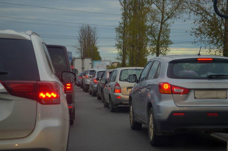 Embouteillage avec la rangée des voitures sur la route pendant l'heure de pointe images libres de droits