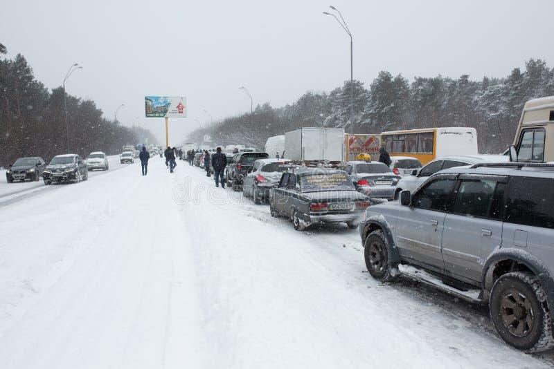 Embouteillage d'hiver sur la route photographie stock libre de droits